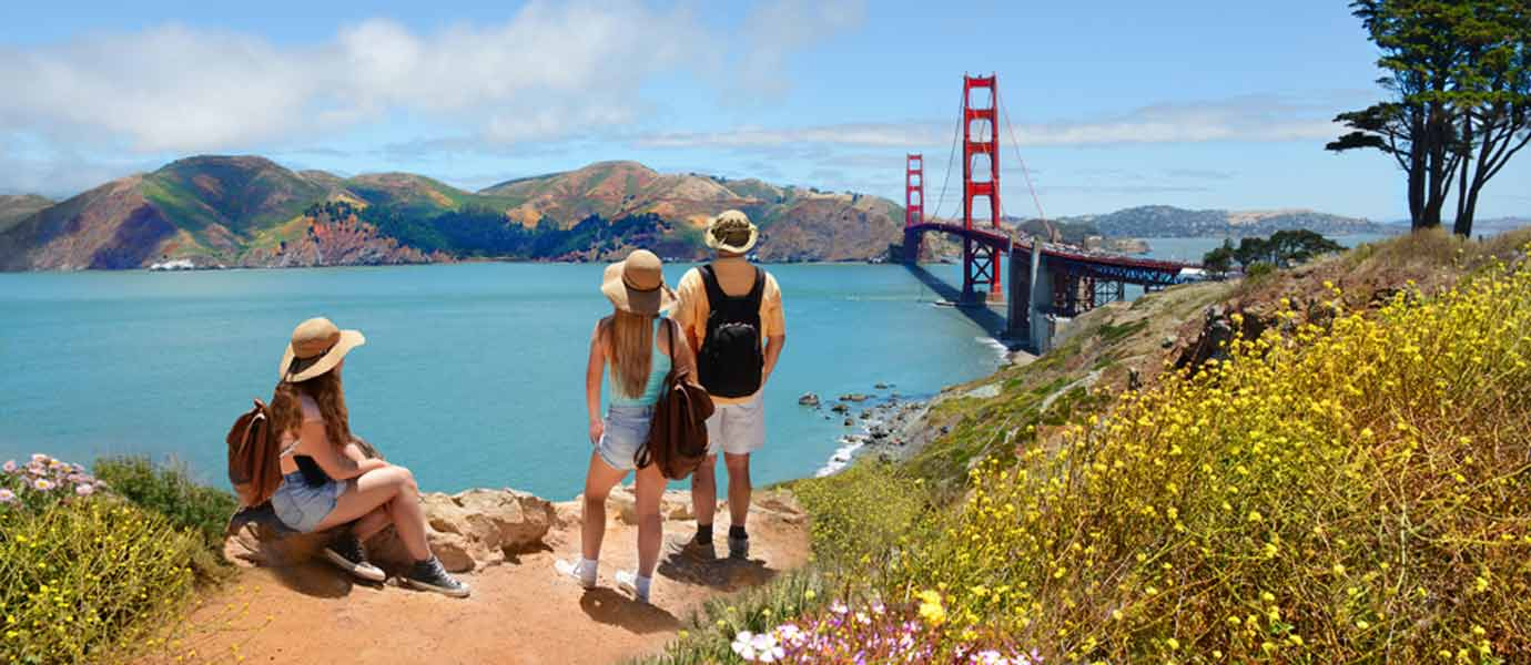 Familie in San Francisco. Gewundern von Weitem die Golden Gate Bridge.
